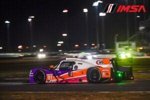 LMP3 raceauto in de nacht op Daytona tijdens de IMSA Rolex24 met Jeroen Bleekmolen achter het stuur van de Wynn's Racing Riley Motorsports racewagen.