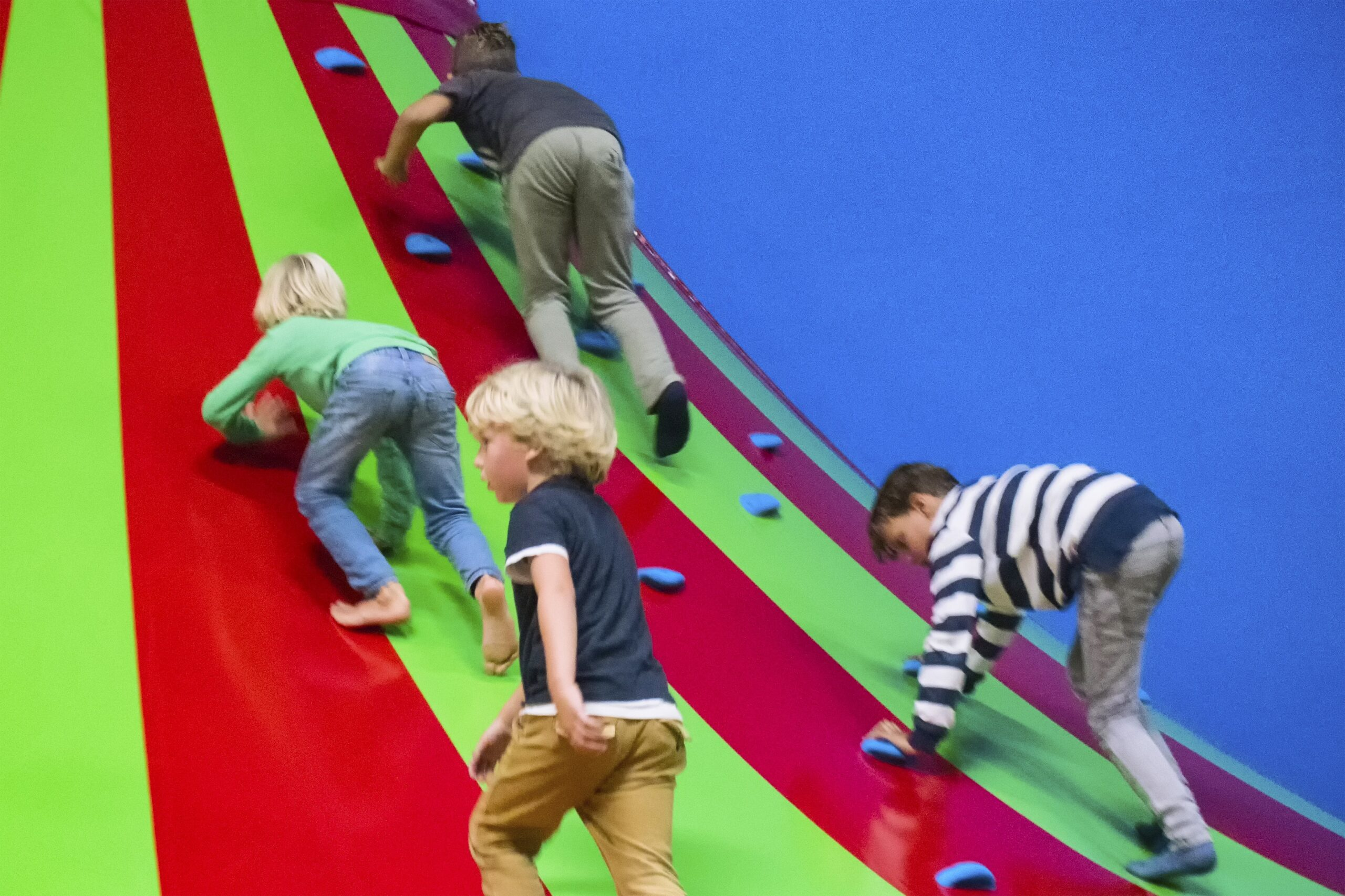 Kinderen klimmen op de klautertoren bij Jimmy's Speelparadijs in Amsterdam.