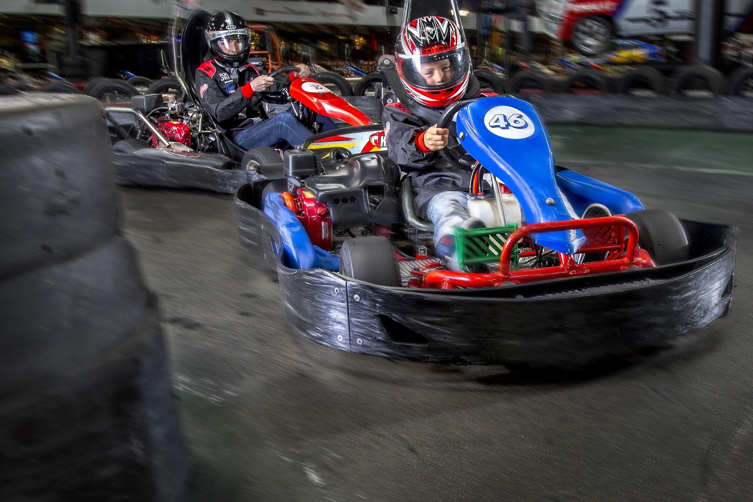 Karts in de familieheat van Race Planet waarin vader en zoon samen rijden op de kartbaan in Delft en Amsterdam