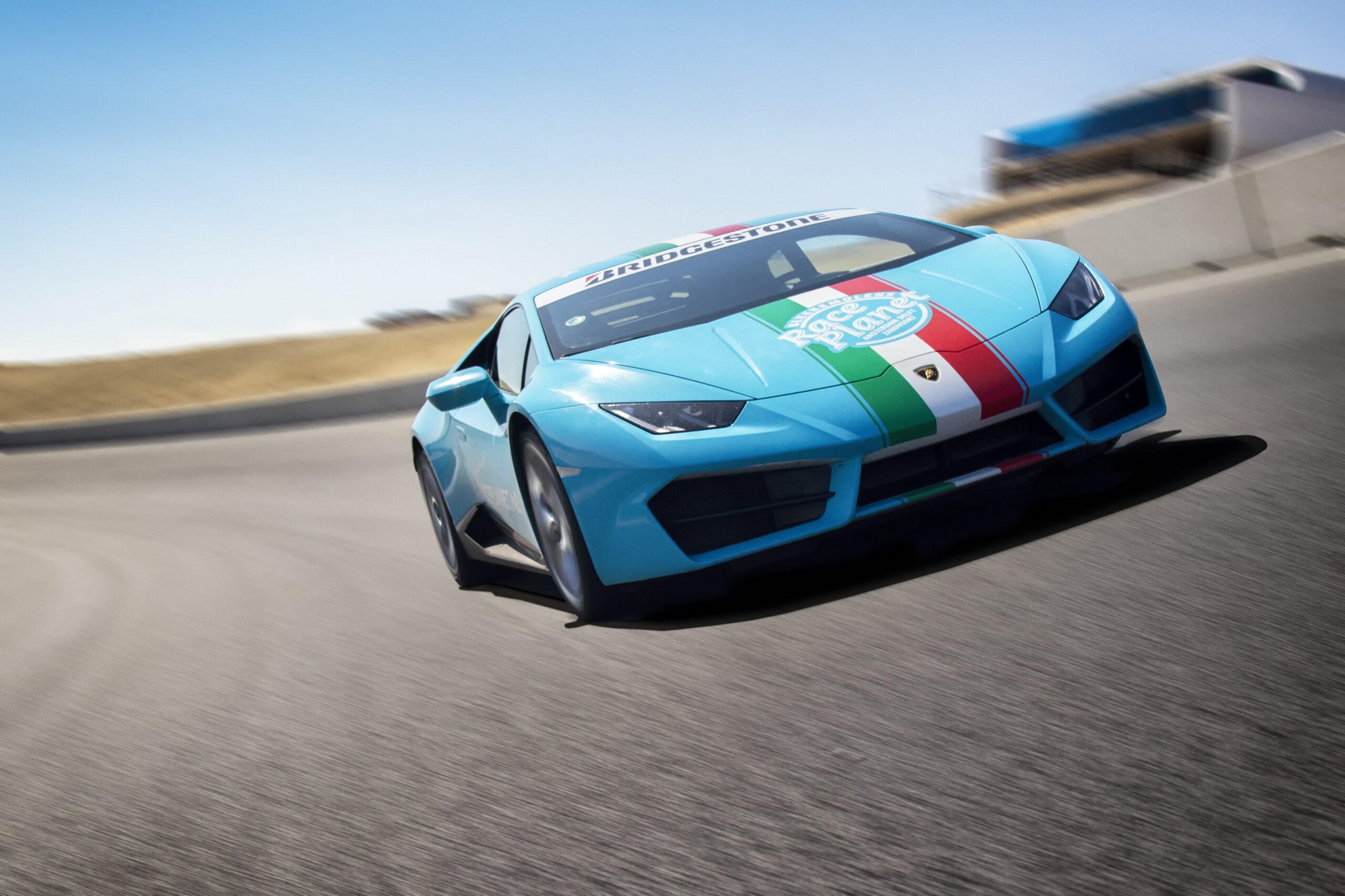 Blauwe Lamborghini Huracán in de Arie Luyendykbocht op Circuit Zandvoort tijdens een Race Planet Race Experience.