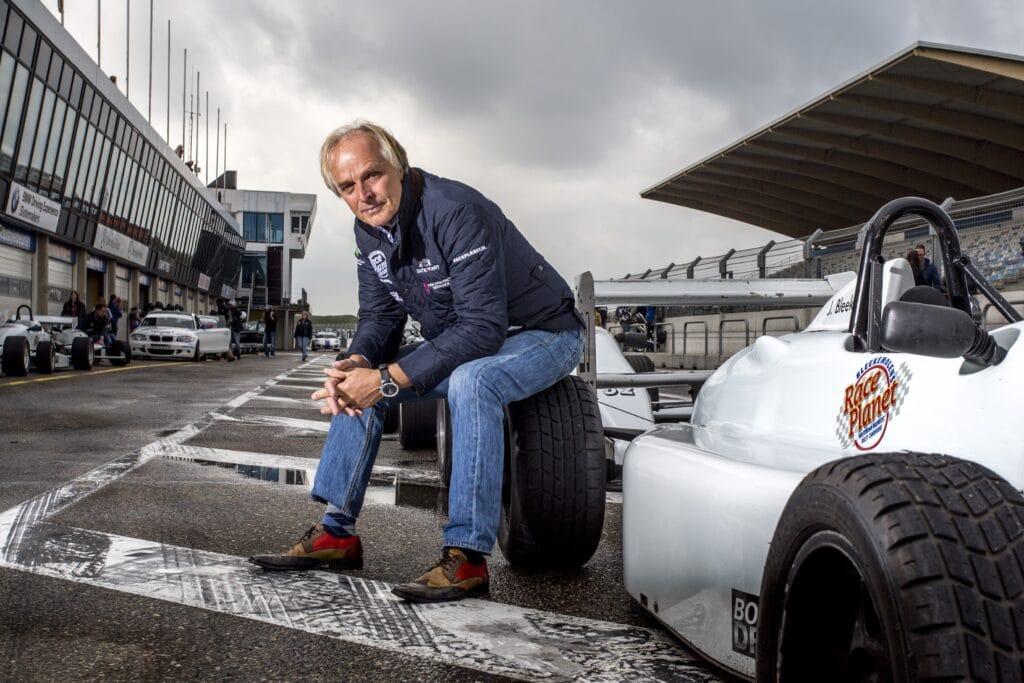 Coureur Michael Bleekemolen zit op een band van een formule-wagen op Circuit Zandvoort van Race Planet.