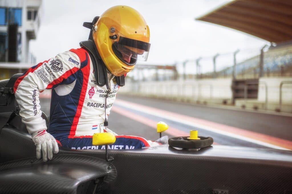 Coureur Sebastiaan Bleekemolen stapt in de Formule RP1 met een Momo-stuur klaar om te racen.