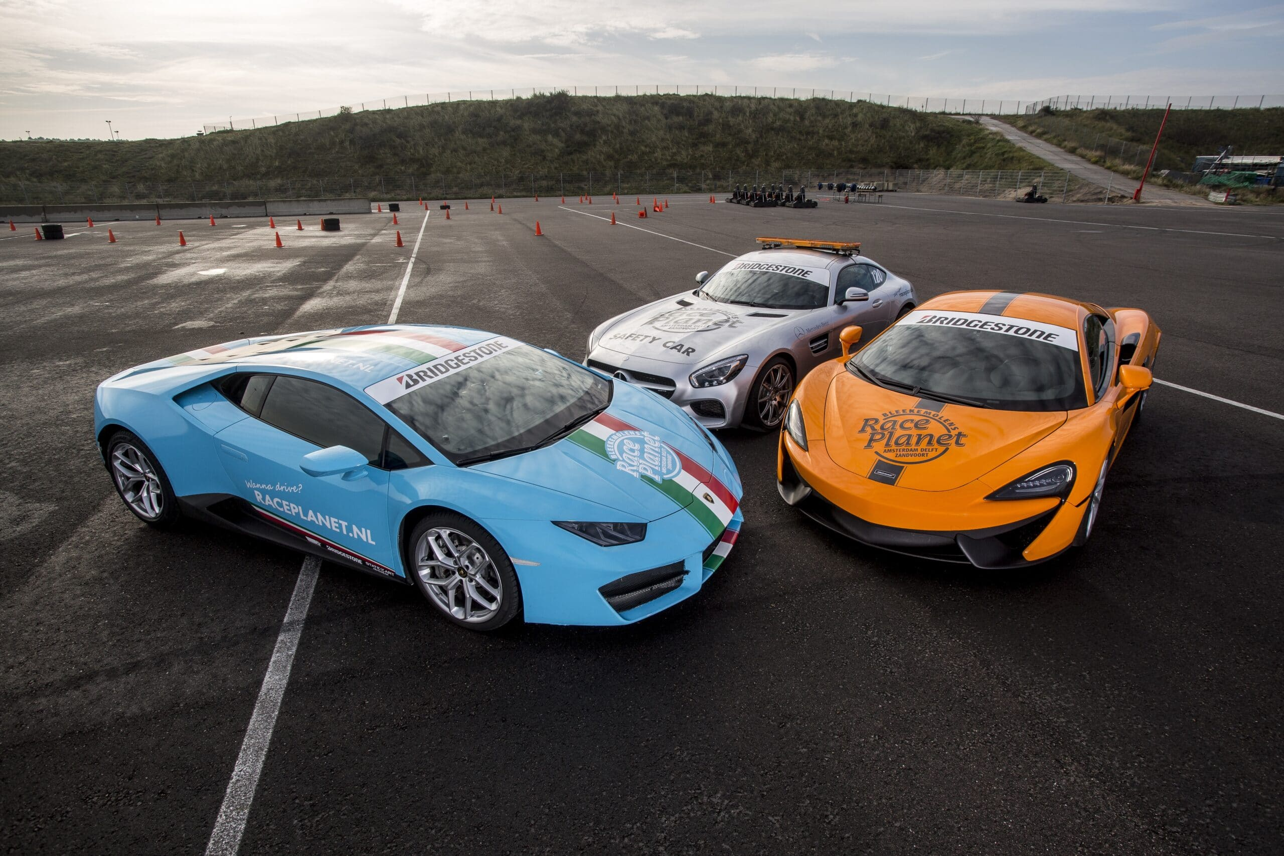 De Lamborghini Huracán, McLaren 540C en Mercedes-AMG GT op het paddock van Circuit Zandvoort als onderdeel van de Diamond Experience van Race Planet.