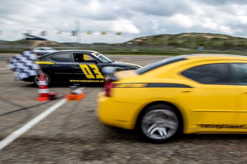 Dodge Chargers aan de start van een dragrace op de quarter mile op Circuit Zandvoort bij Race Planet.