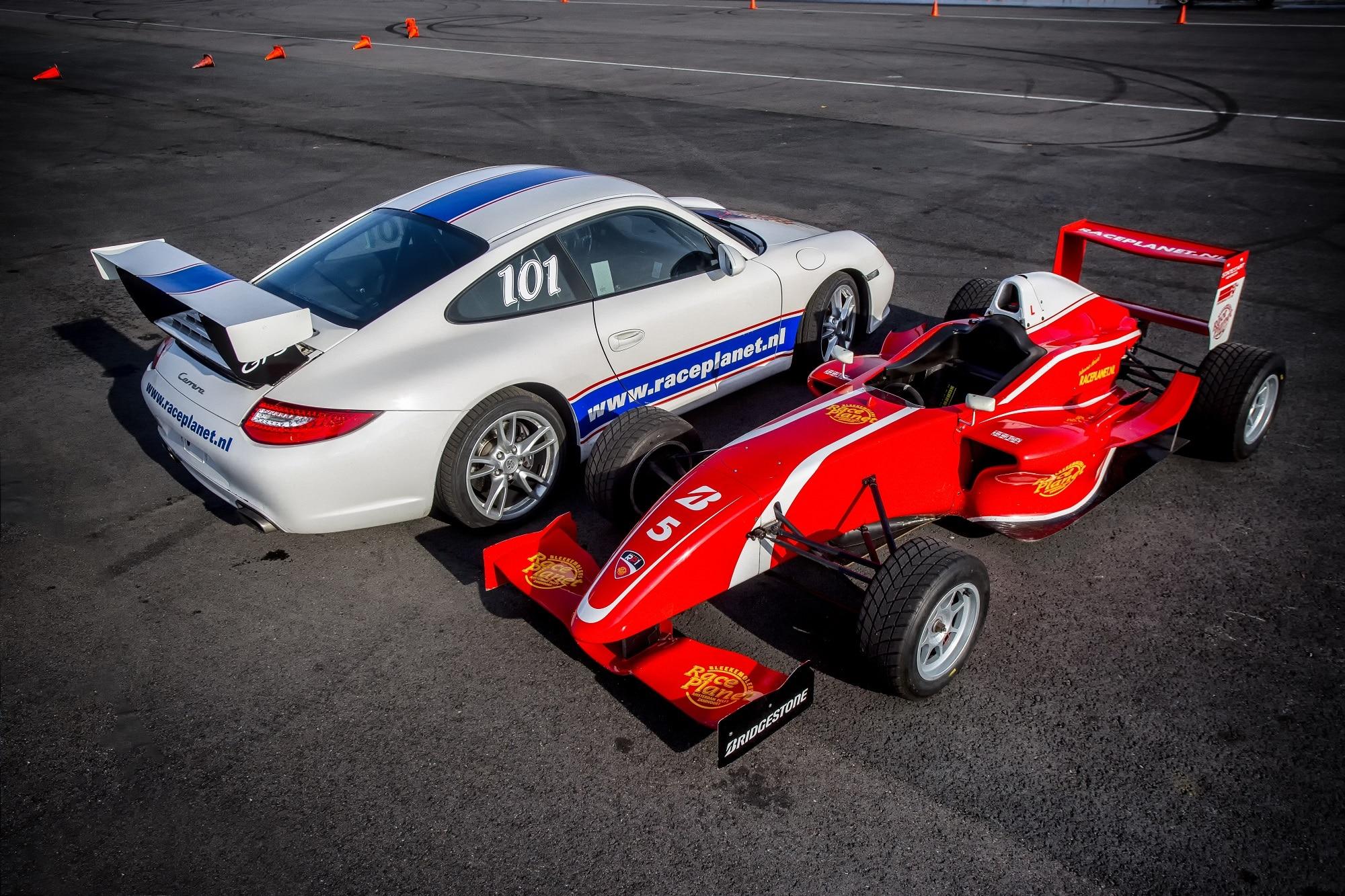 Deelnemers rijden met de Porsche 911 en Formule RP1 raceauto op Circuit Zandvoort tijdens de Driving Experience van Race Planet
