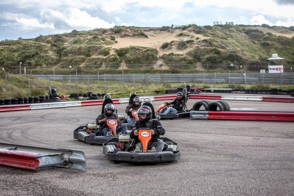 Outdoor karts bij een kartcompetitie op een Race Experience dag van Race Planet op Circuit Zandvoort die aan het racen zijn voor de overwinning.