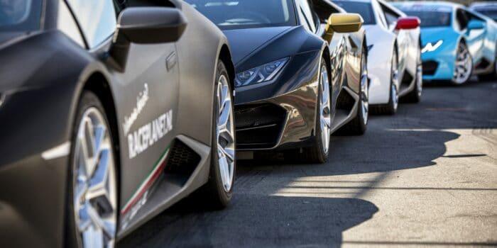 De Lamborghini Huracáns op de pitstraat van Circuit Zandvoort tijdens de Lamborghini VIP Experience.