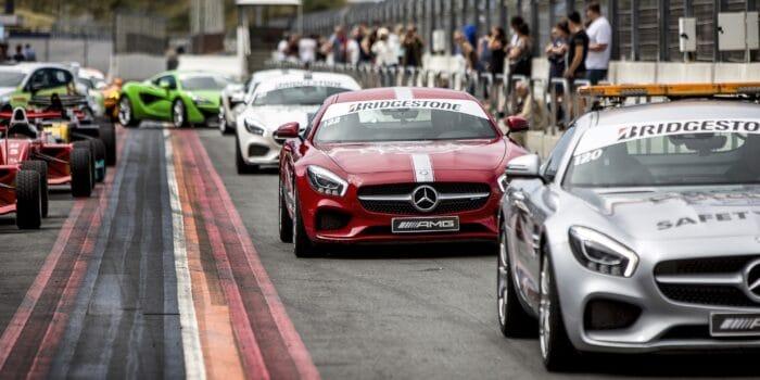De Race Planet Mercedes-AMG GT's op Circuit Zandvoort in de pitstraat. Deelnemers staan klaar om in te stappen en zelf te rijden in de auto's.