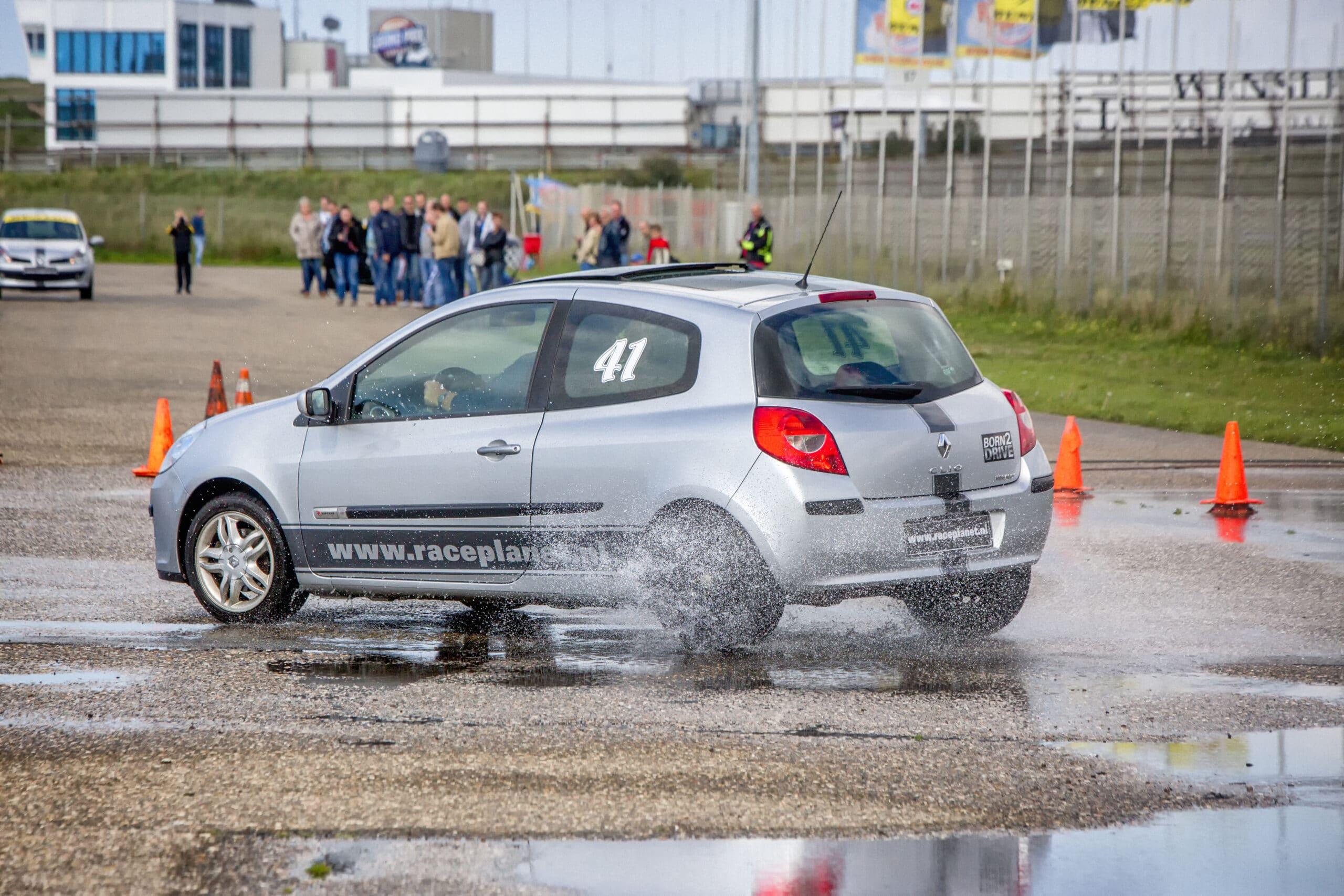 Deelnemer slipt tijdens het onderdeel slipproef bij een Race Experience op Circuit Zandvoort in een Renault Clio.