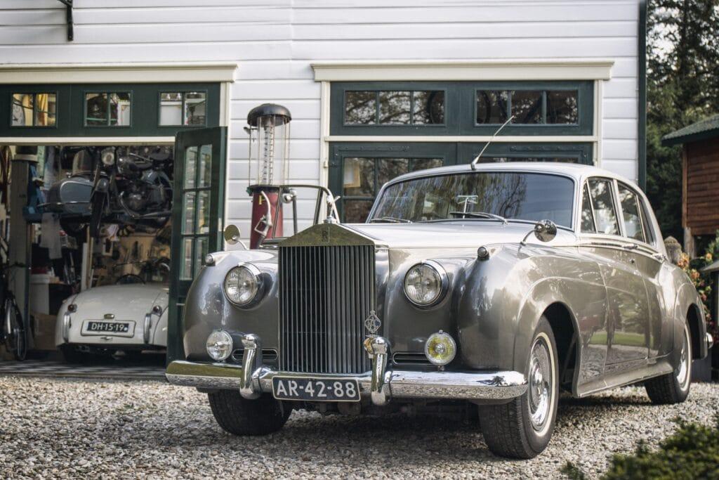 Rolls Royce en Jaguar XK120 van de Bleekemolen collectie in de garage