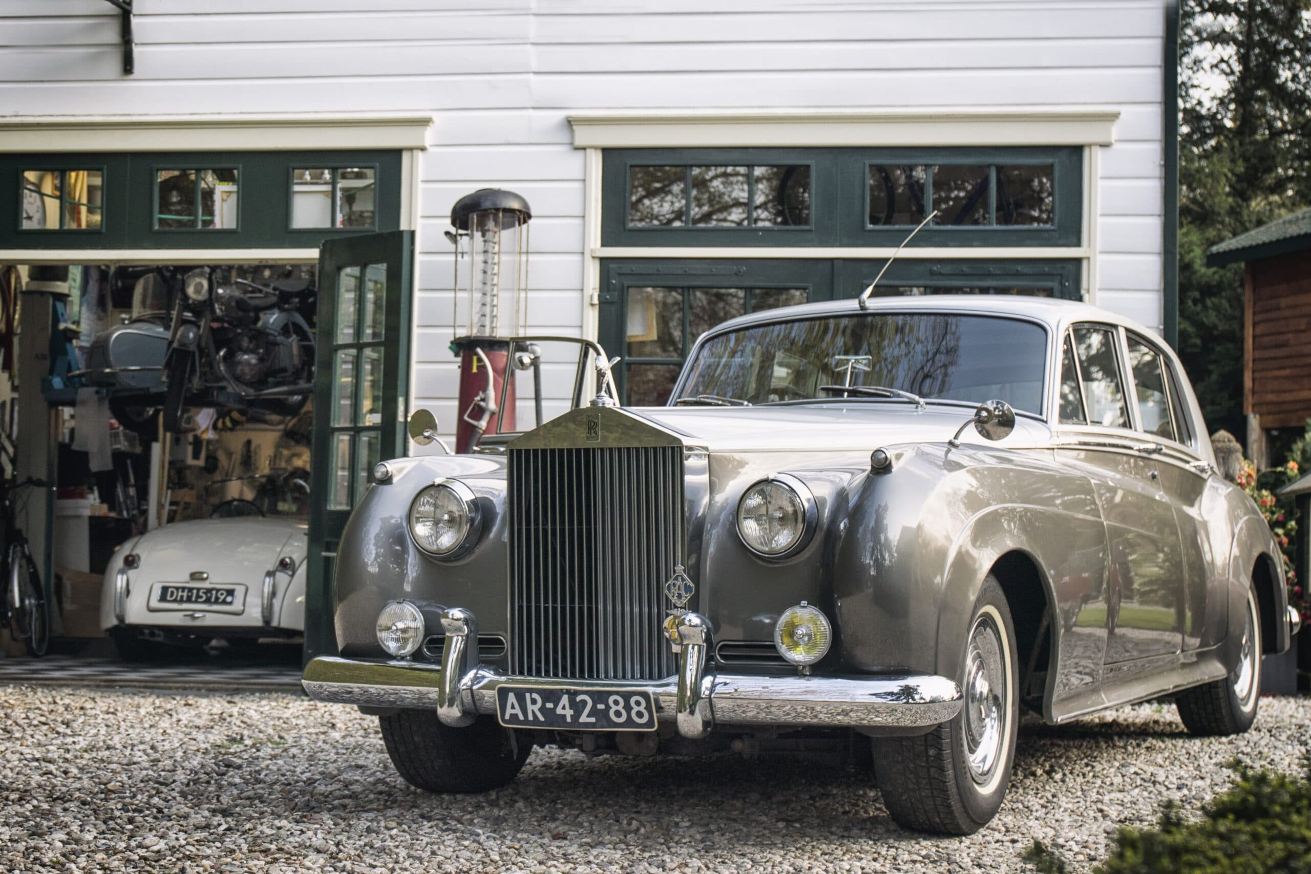 Rolls Royce en Jaguar XK120 van de Bleekemolen collectie in de garage