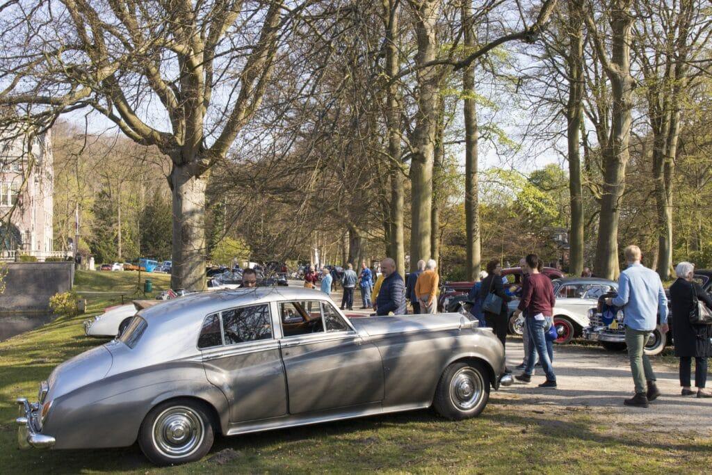 Rolls Royce van Rijeenklassieker.nl tijdens een oldtimerrit met andere klassieke auto.