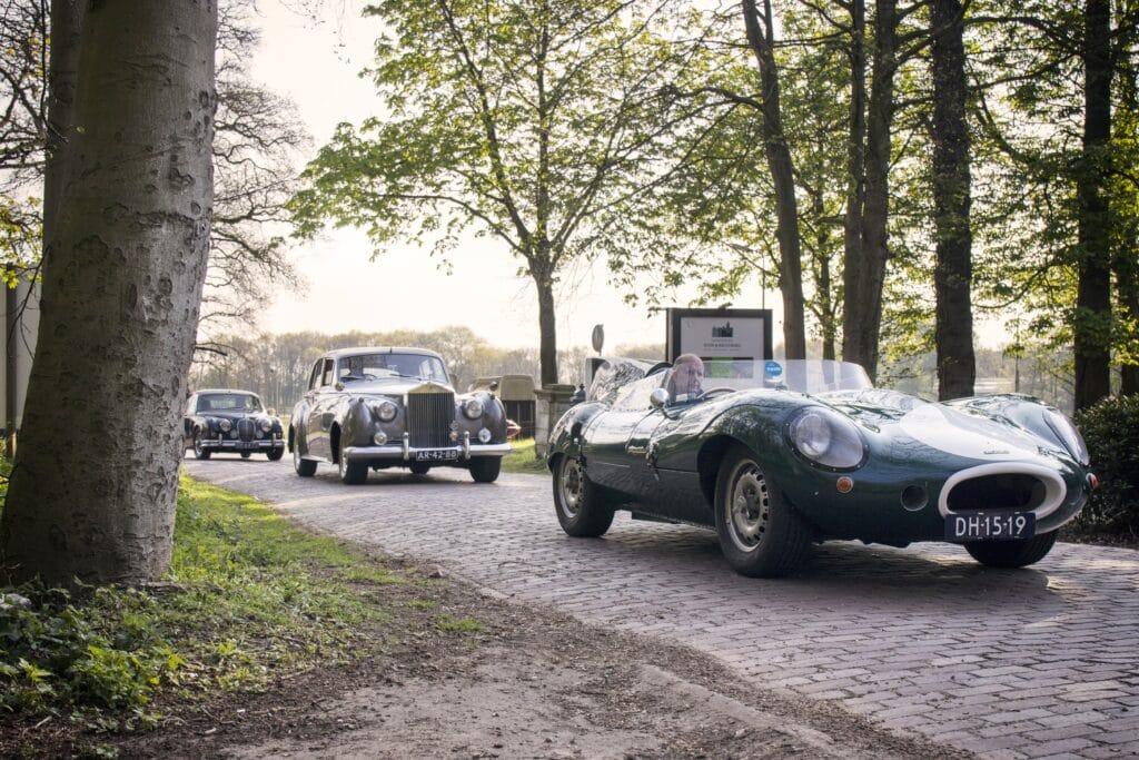 Jaguar D-type, Rolls Royce en Jaguar Mark II tijdens een klassiekerrit van Rijeenklassieker.nl