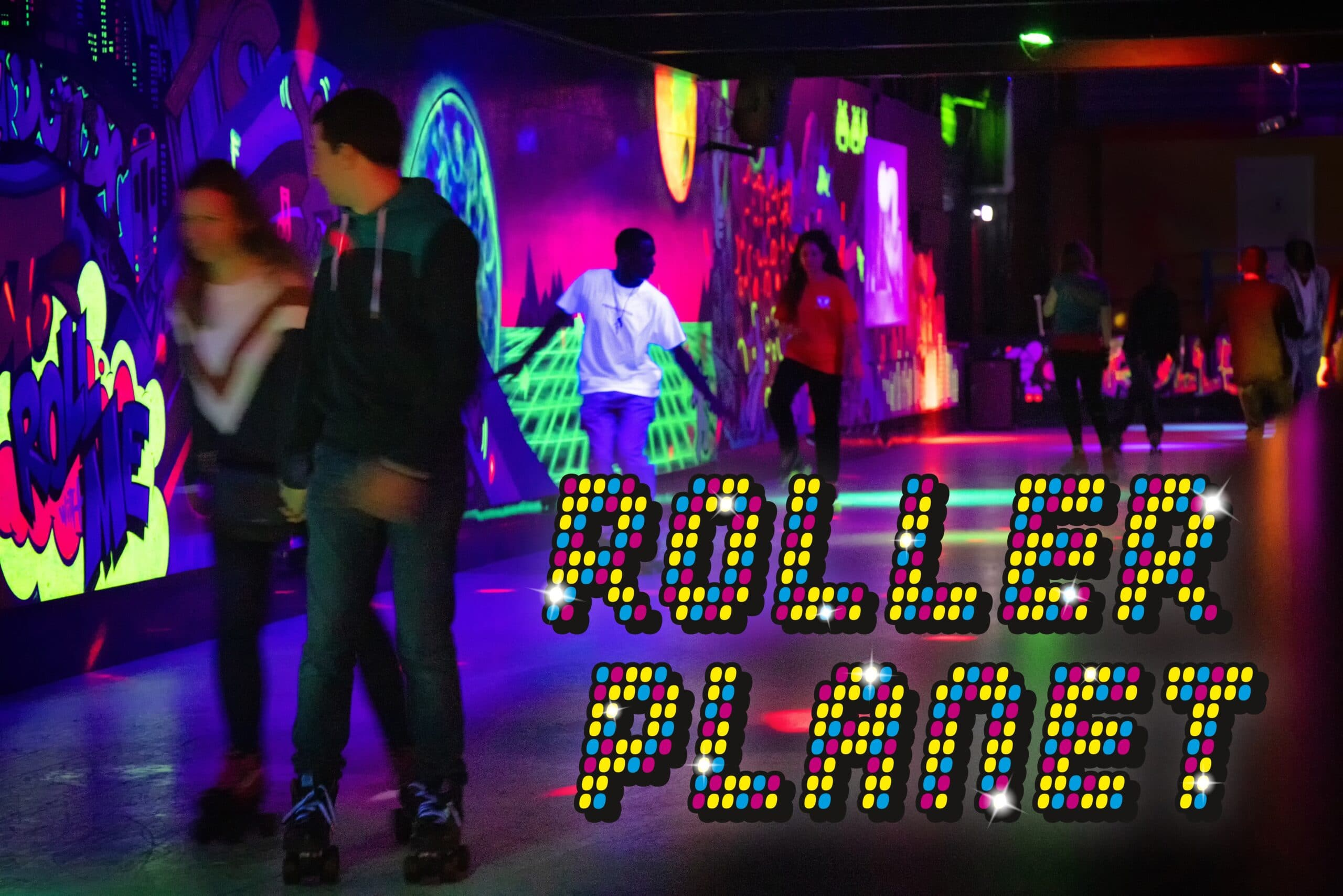 Rolschaatsbaan van Roller Planet met logo en rollerskaters op de rink.