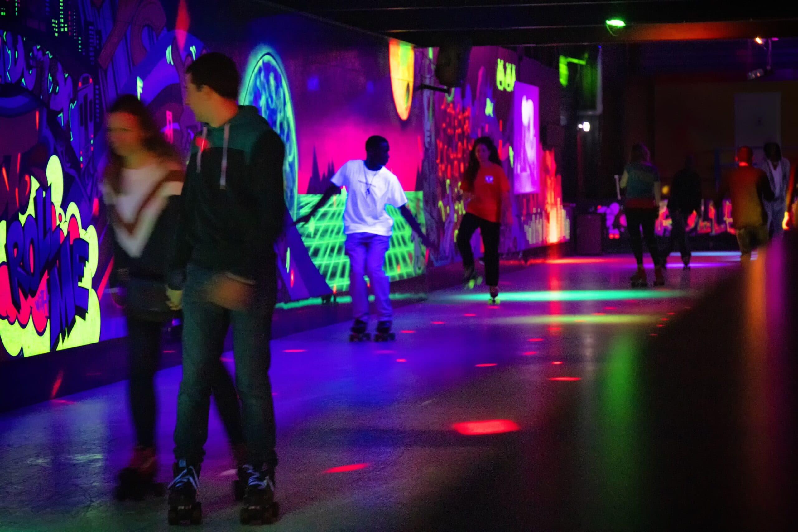 Rolschaatsers op de rolschaatsbaan van Roller Planet in Amsterdam.