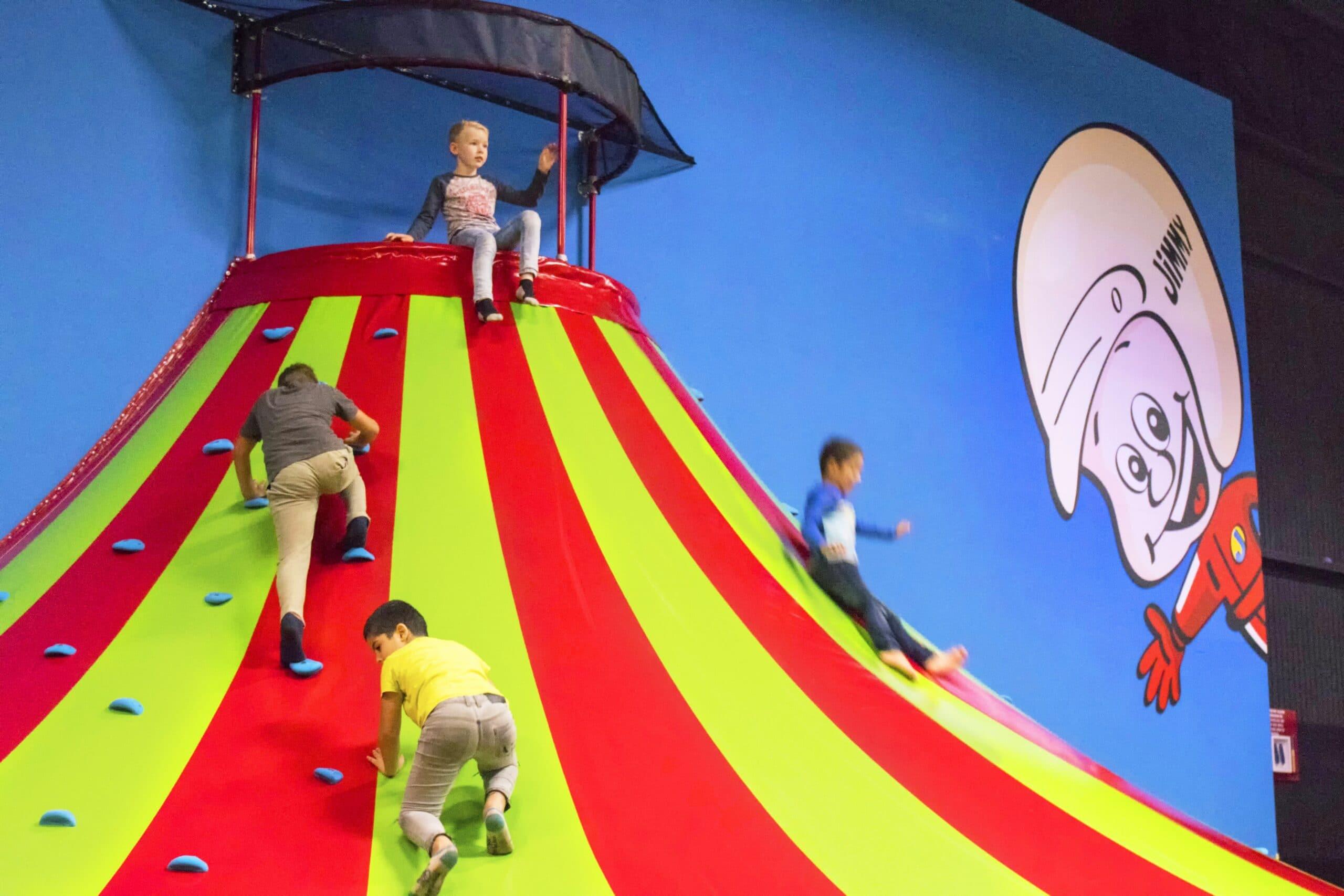 Kinderen spelen in Jimmy's Speelparadijs bij Race Planet Amsterdam op de klautertoren en de andere attracties voor kids.