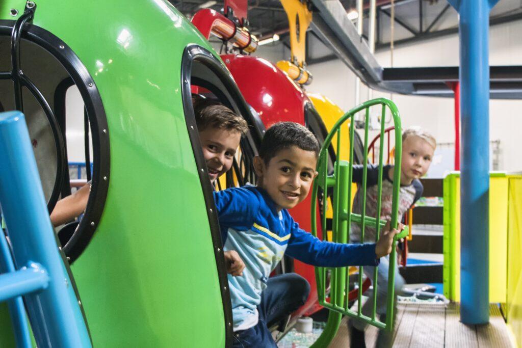 Lachende kinderen tijdens een dagje uit in de monorail van Jimmy's Speelparadijs in Amstedam