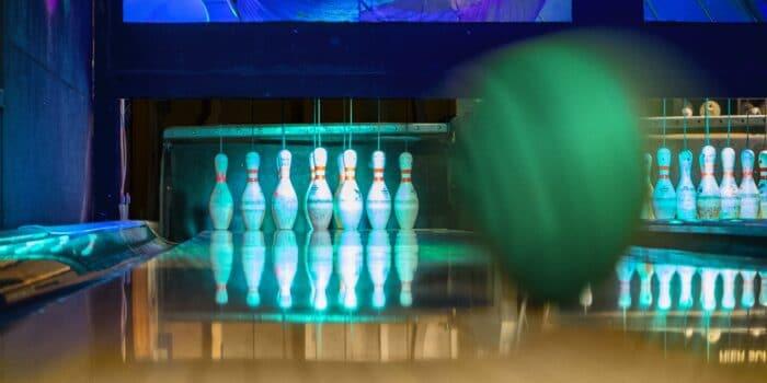 Op de bowlingbanen van Race Planet Amsterdam en Delft wordt een strike gegooid met een bowlingbal tijdens het bowlen.