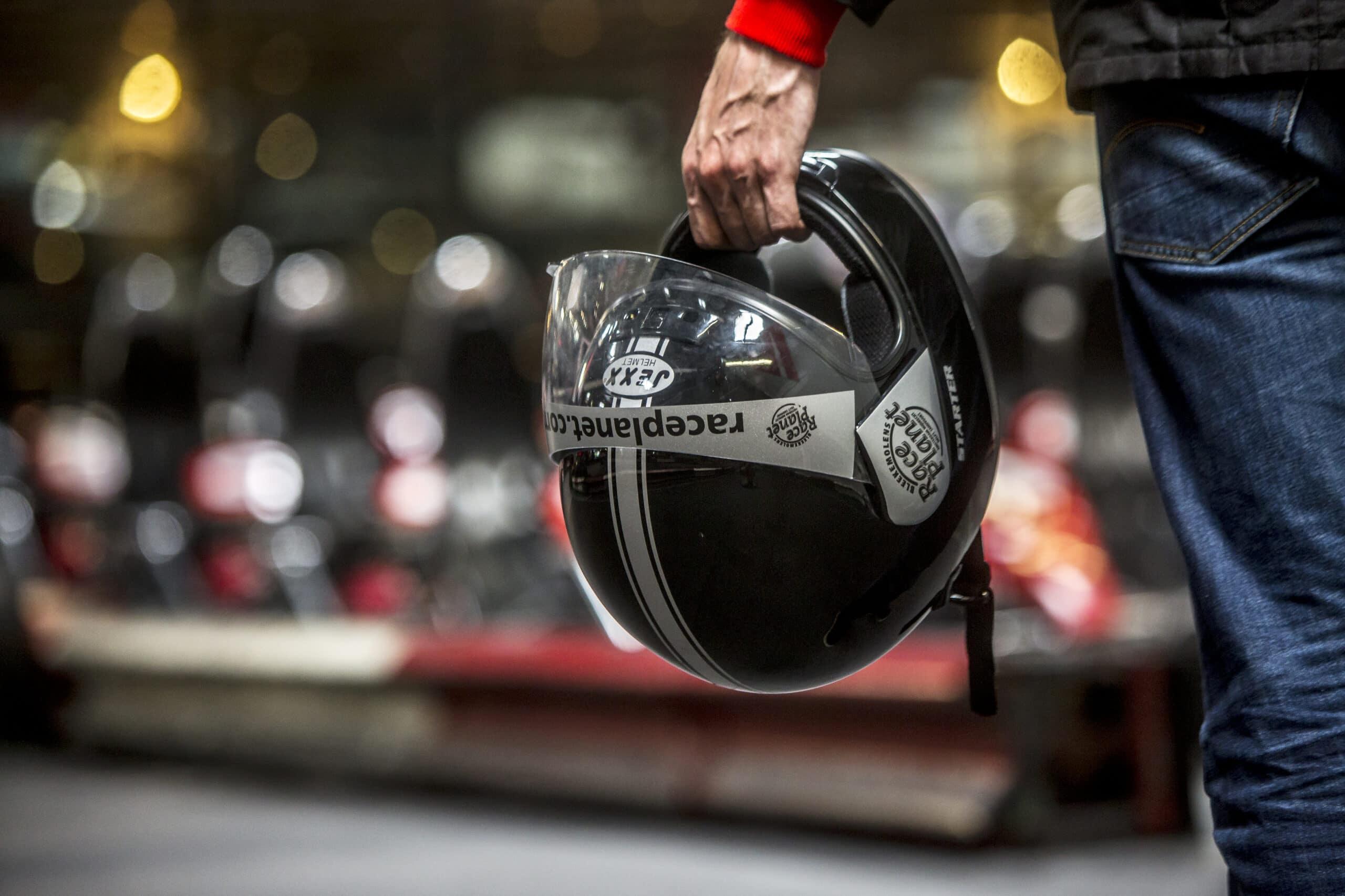 Race Planet helm in de handen van een coureur op de kartbaan in Amsterdam en Delft.