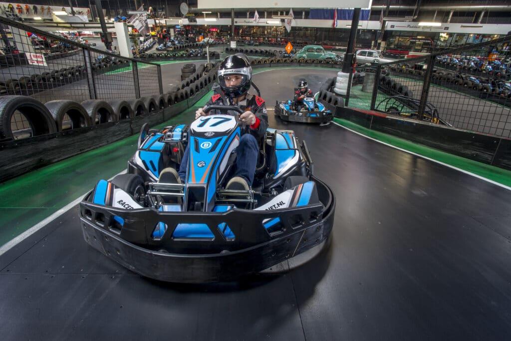 Karts racen tegen elkaar op de spannende kartbanen van Bleekemolens Race Planet in Amsterdam en Delft voor de overwinning.