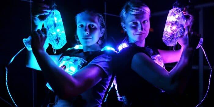 Twee gasten staan klaar voor het lasergamen bij Bleekemolens Race Planet Amsterdam in de spannende lasergame arena.