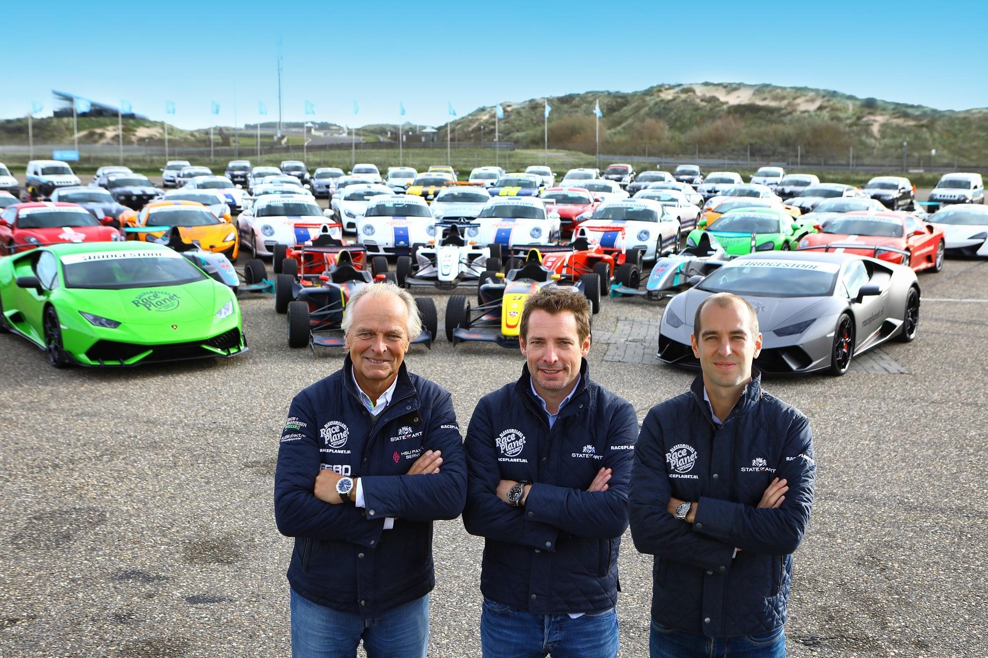 Michael, Sebastiaan en Jeroen Bleekemolen staan voor het wagenpark met supercars van Race Planet op Circuit Zandvoort