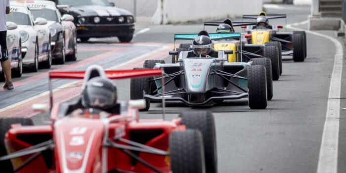 Formule RP1 wagens in de pitstraat van Circuit Zandvoort tijdens een Race Experience van Race Planet.