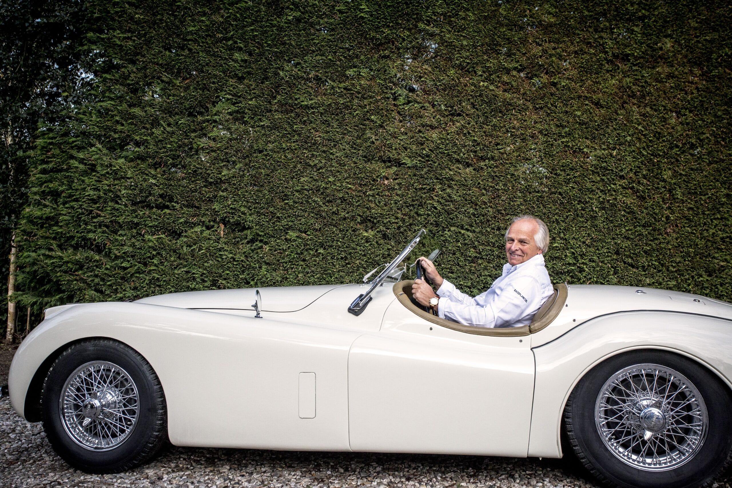 Michael Bleekemolen in een klassieke Jaguar XK120 olditmer van Rijeenklassieker.nl.