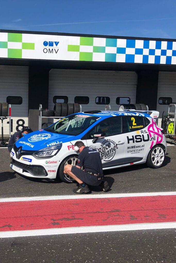 Sebastiaan Bleekemolen met de Renault Clio Cup raceauto in de pitstraat