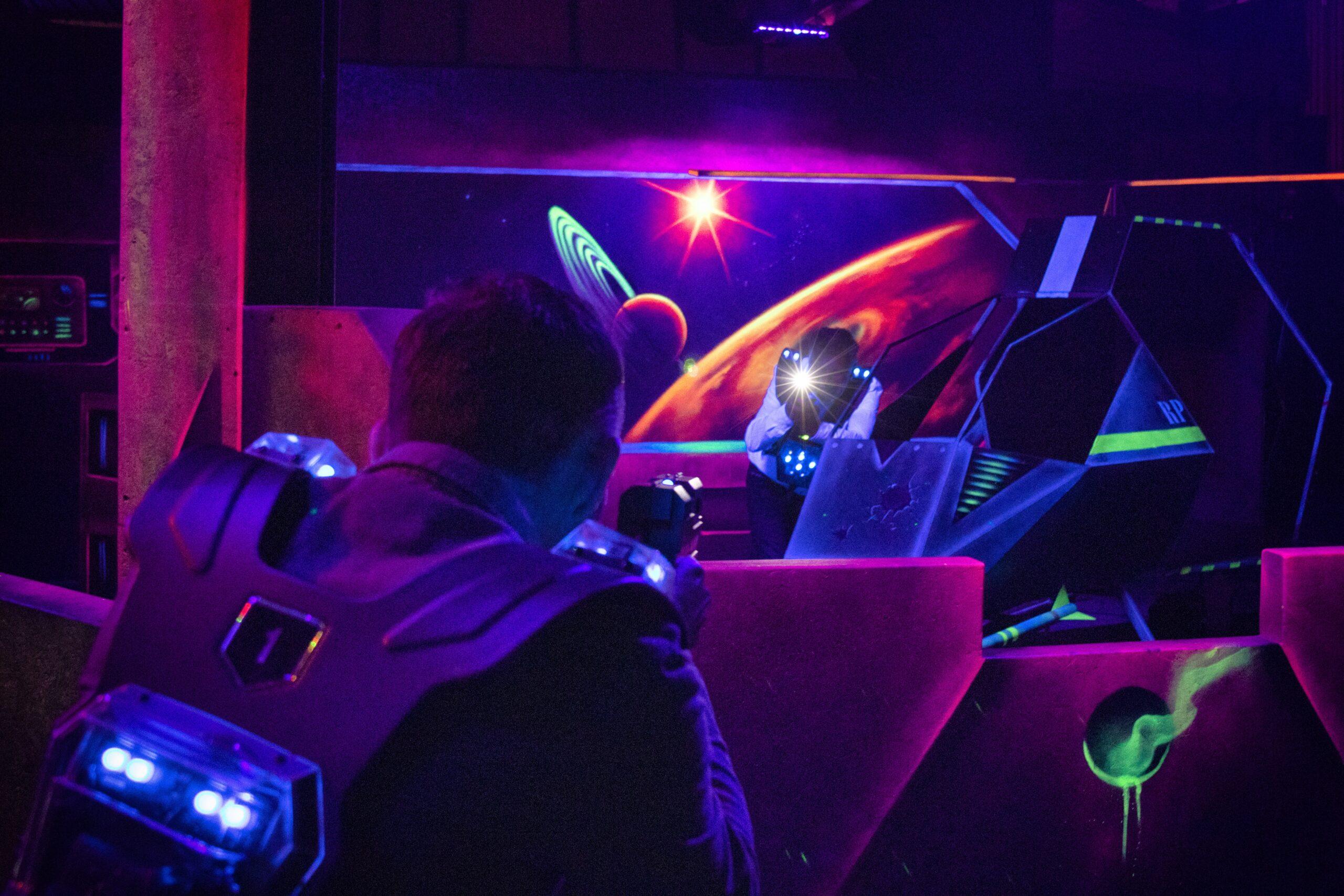 In de lasergame arena in Amsterdam bij Race Planet strijden twee personen voor de winst.