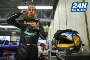Jeroen Bleekemolen in de pitbox van MRS racing tijdens de 24H Series Dubai op het circuit Autodrome Dubai met zijn helm.